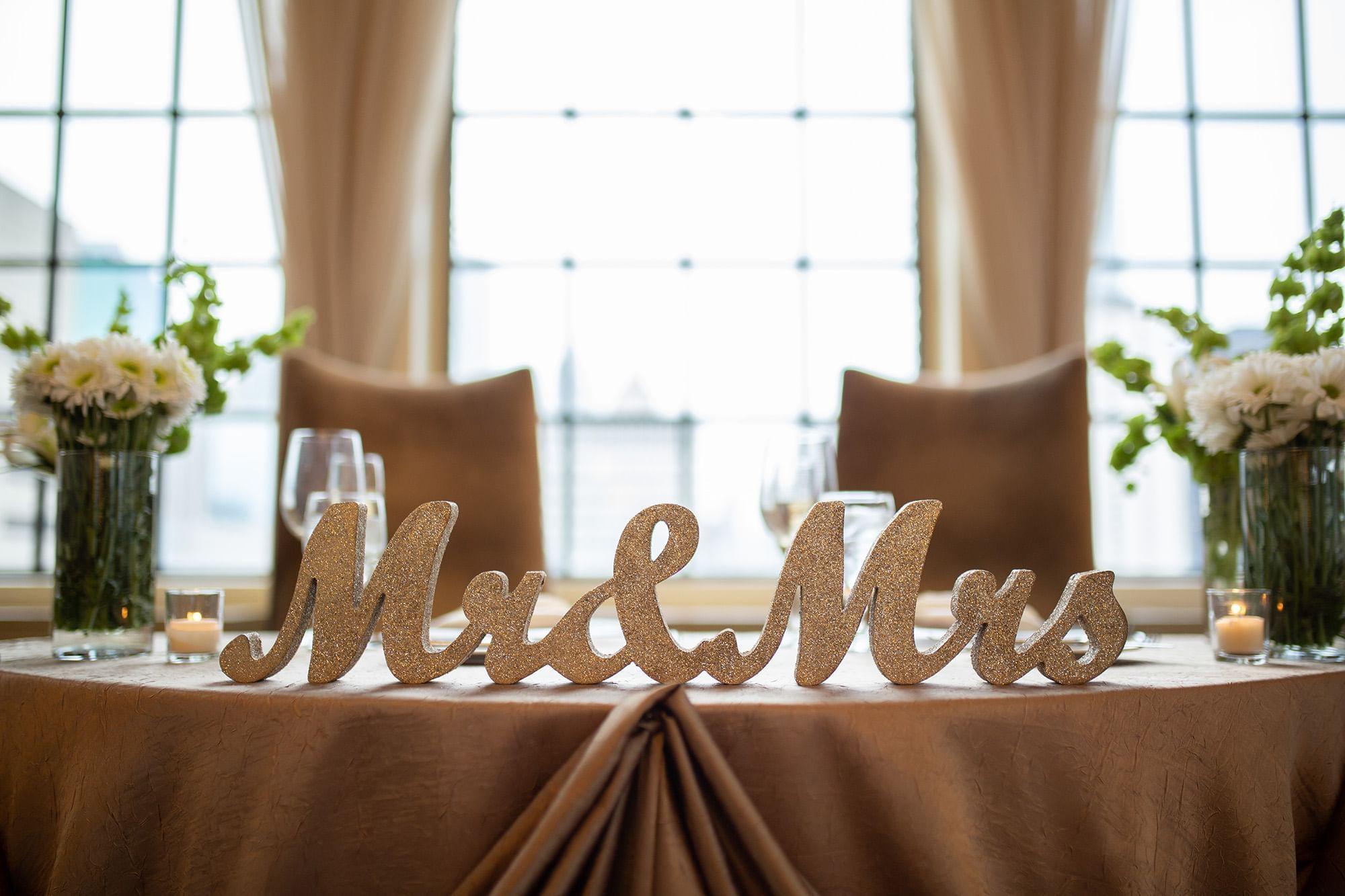 علامات Mr وMrs في Warwick Allerton Hotel - شيكاغو