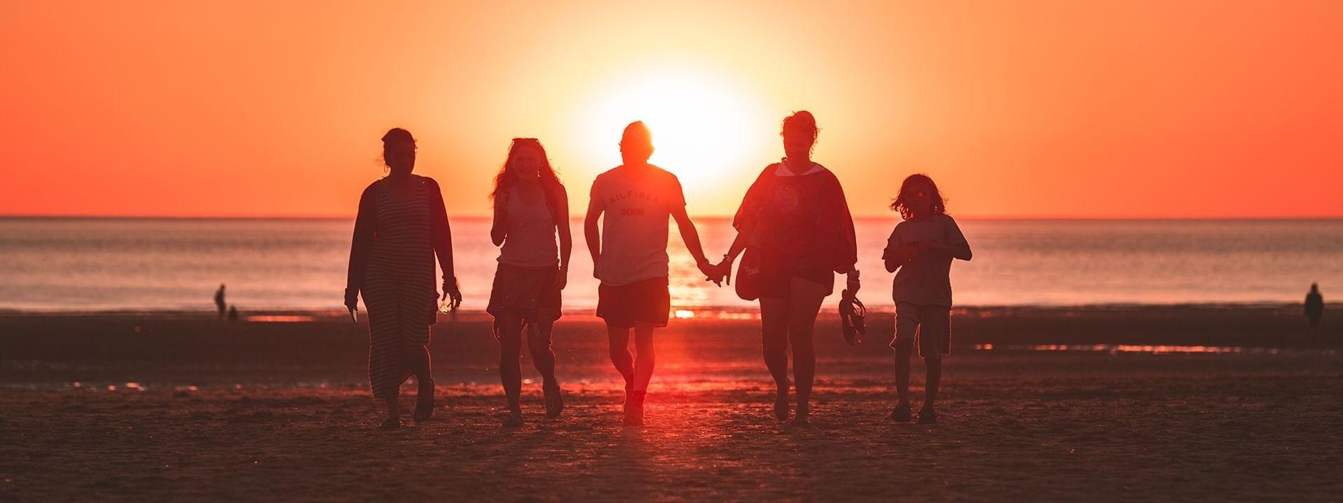 Famille avec coucher de soleil