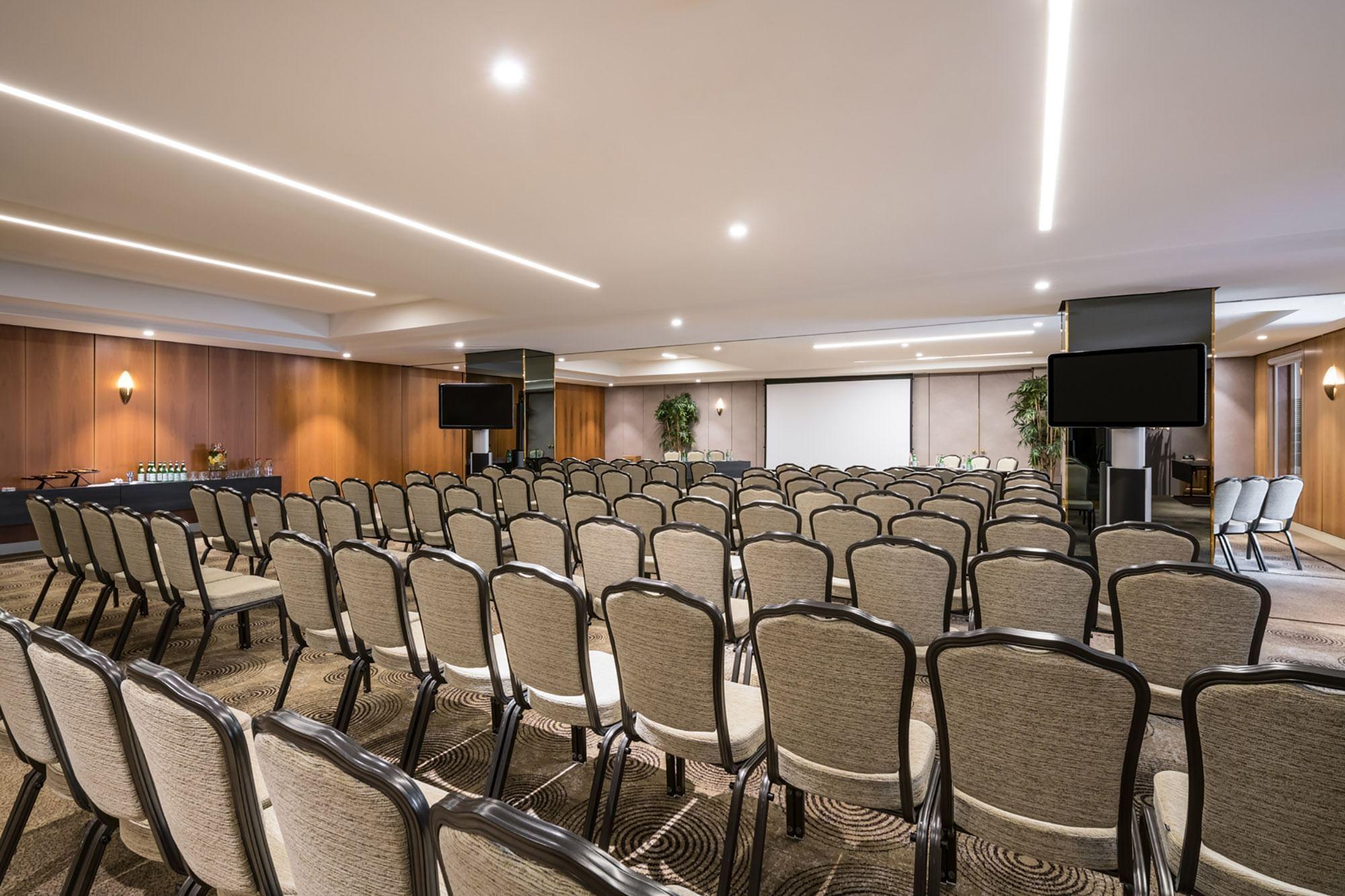 Salle de réunion en configuration théâtre