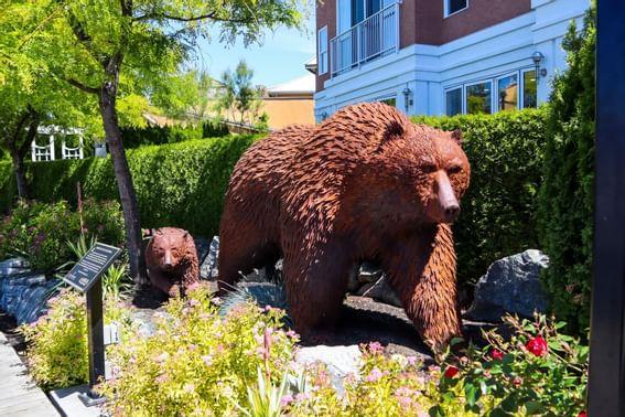 A bear statue at the docks near Manteo Resort