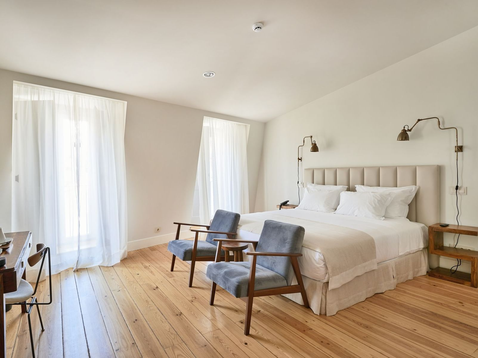 Hotel Alegria room with kindg bed, accent chairs and desk