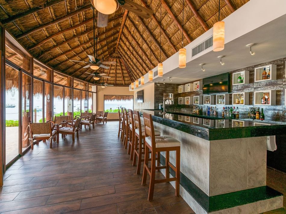 Counter of Bar & Mar Lounge Bar at The Reef Coco Beach