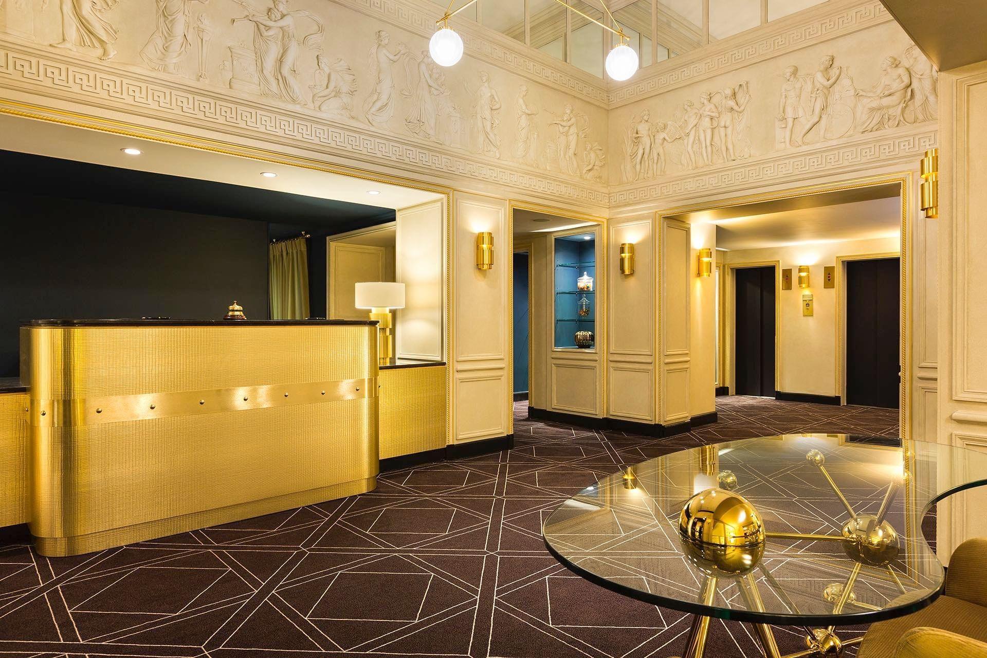 Espace réception et ascenseurs du hall à l'Hotel Barsey by Warwi