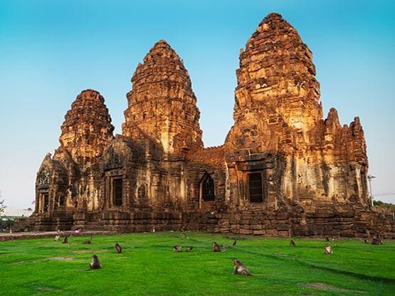 พระปรางค์สามยอด (Phra Prang Sam Yot) - HOP INN HOTEL
