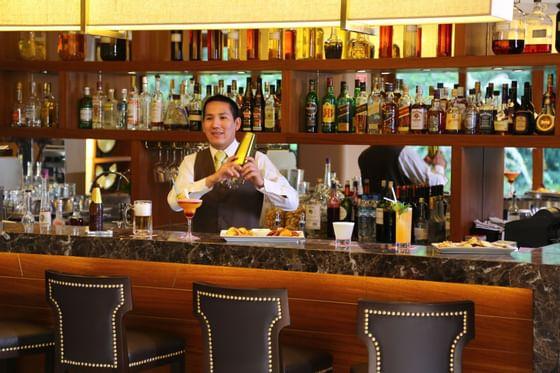 Bar del hotel  Sumaq donde se encuentra un bartender sirviendo u