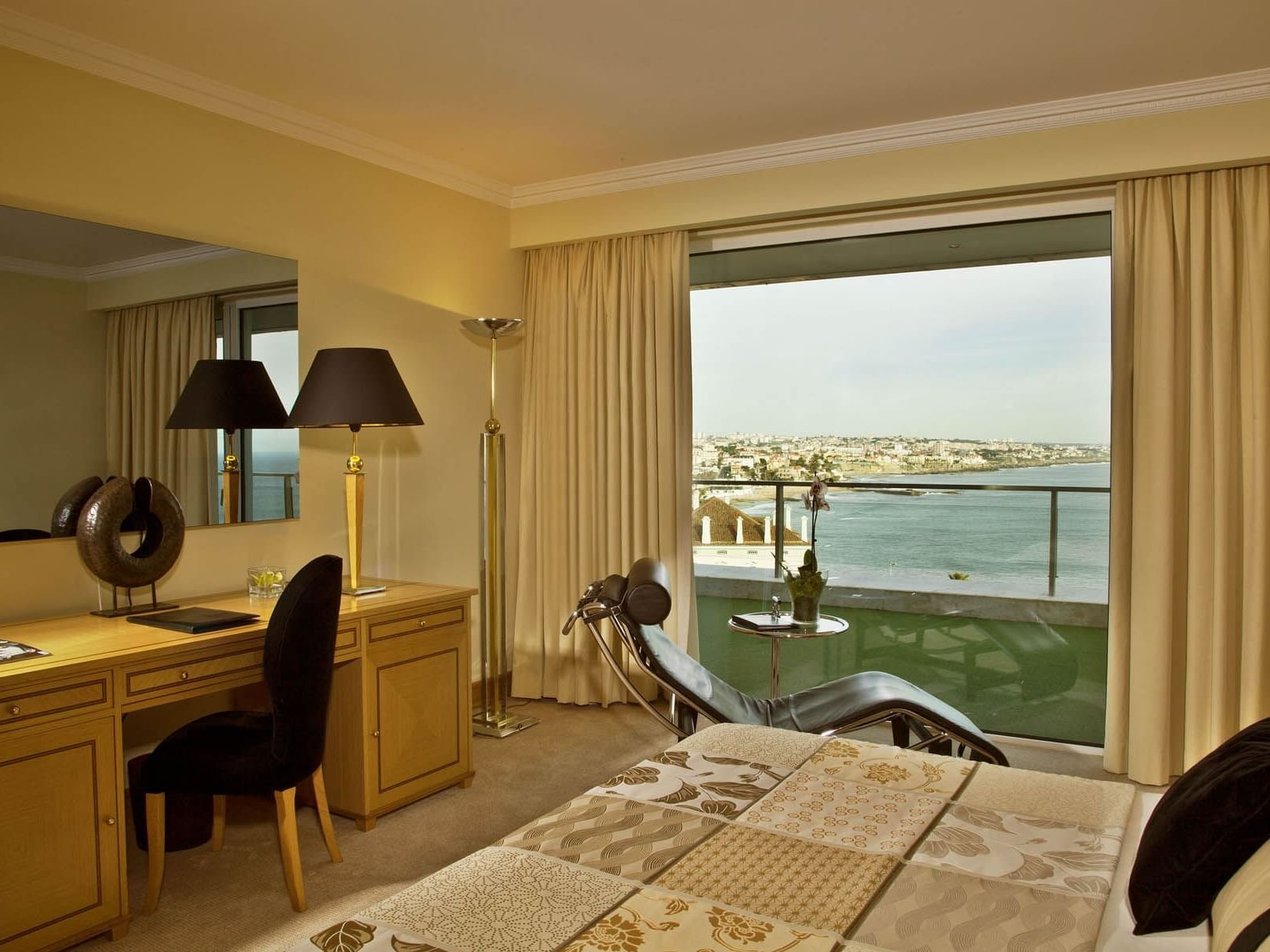 Deluxe Suite with a beautiful sea view at Hotel Cascais Miragem