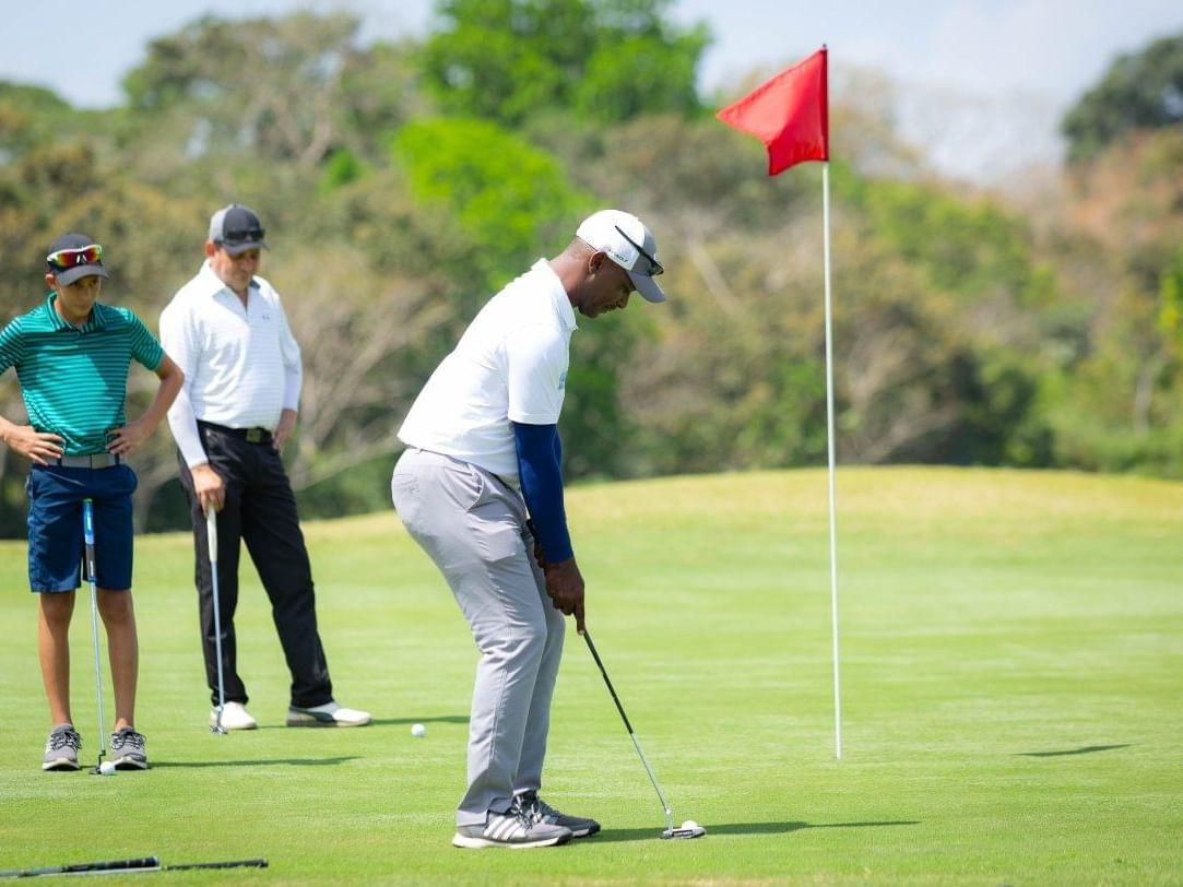 Hombres jugando al golf