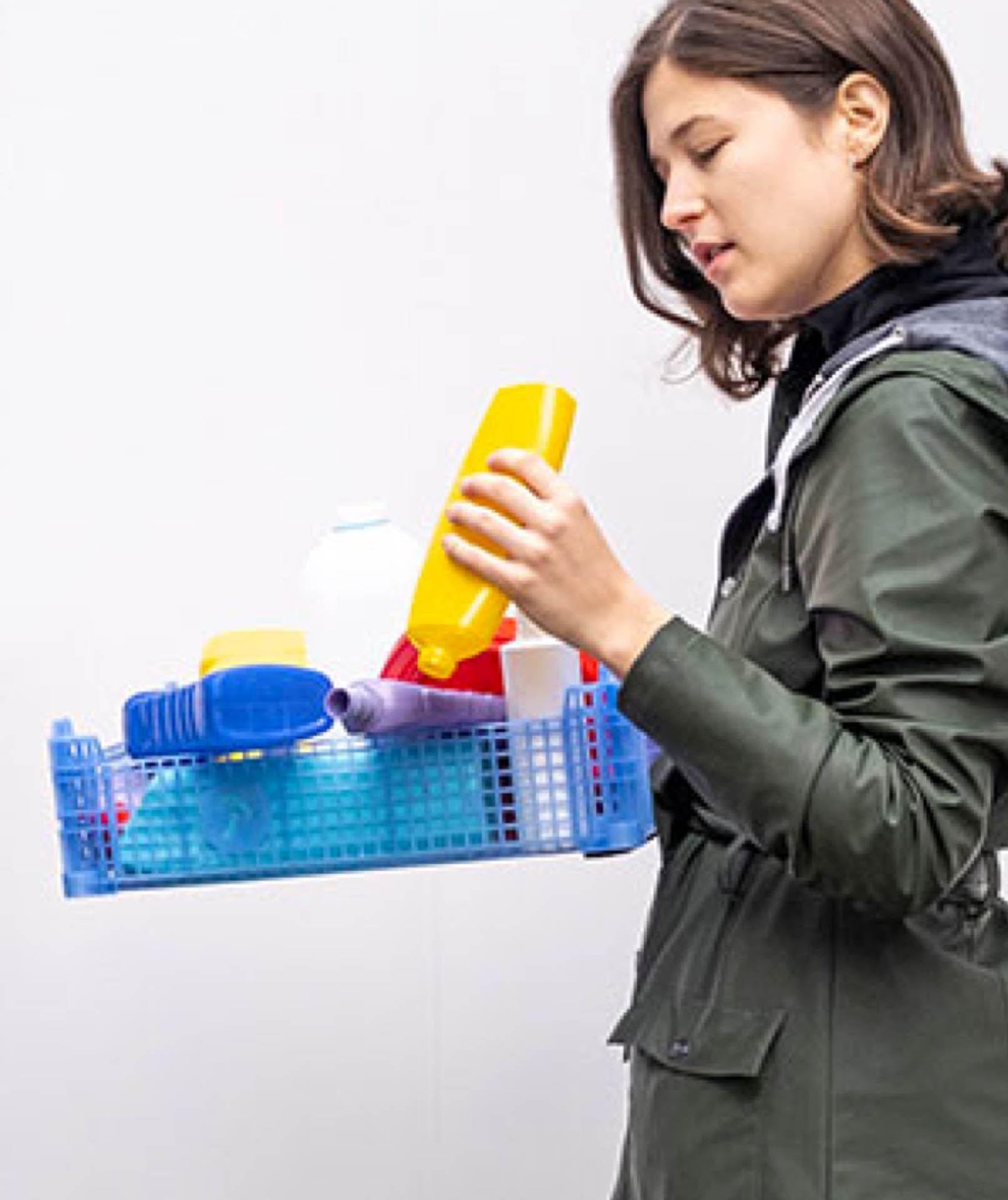 Mujer con botellas vacías en Almanac Group