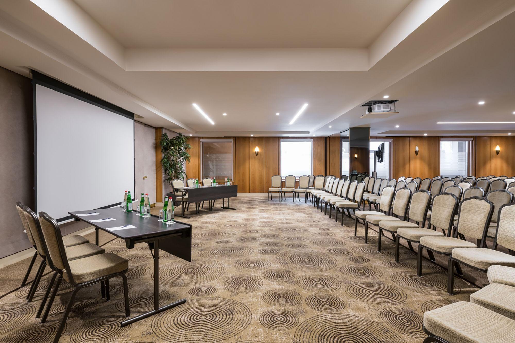 Salle de réunion en configuration théâtre baignée de lumière nat
