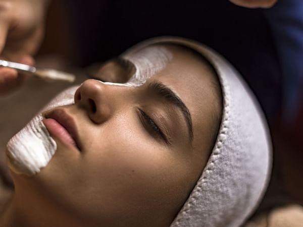 Mujer recibiendo un facial