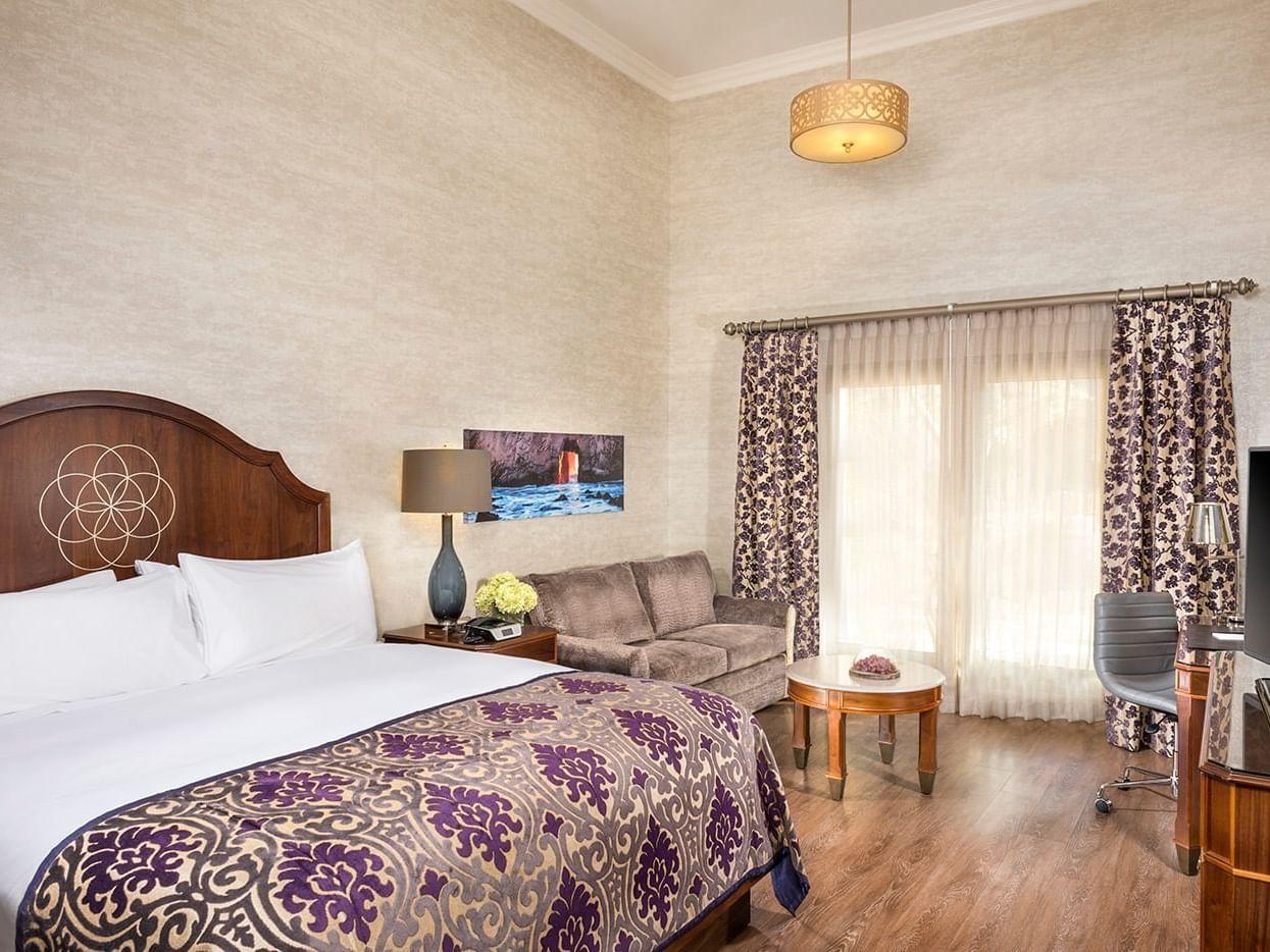 Guestroom with one queen bed