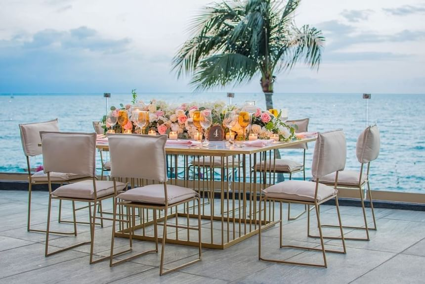 sea view dining table at Sunset Plaza Beach Resort