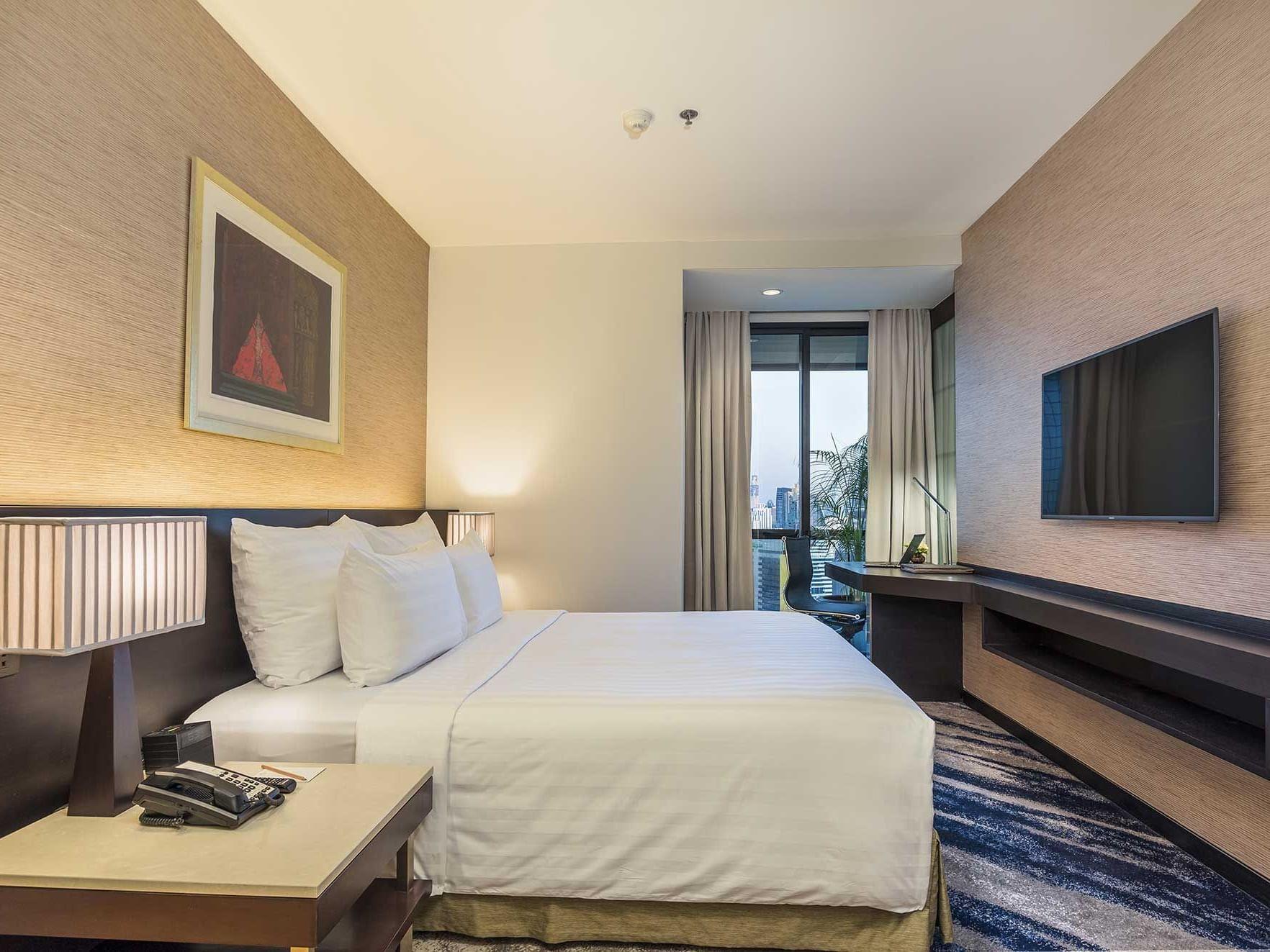 Three bed deluxe suite city view at Emporium suites by Chatrium