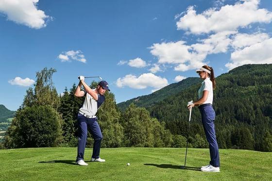 Mann spielt Golf am Golfplatz von Schloss Pichlarn