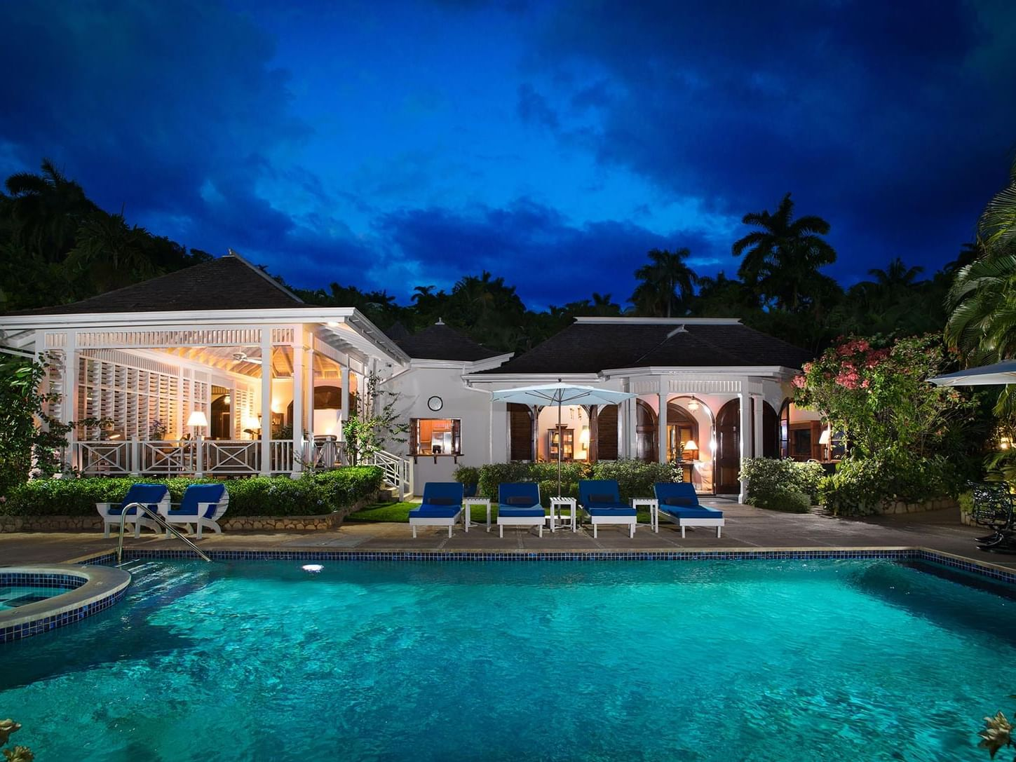 Exterior view of the Spotlight Villa 25 with the pool in Round Hill Hotel & Villas at night