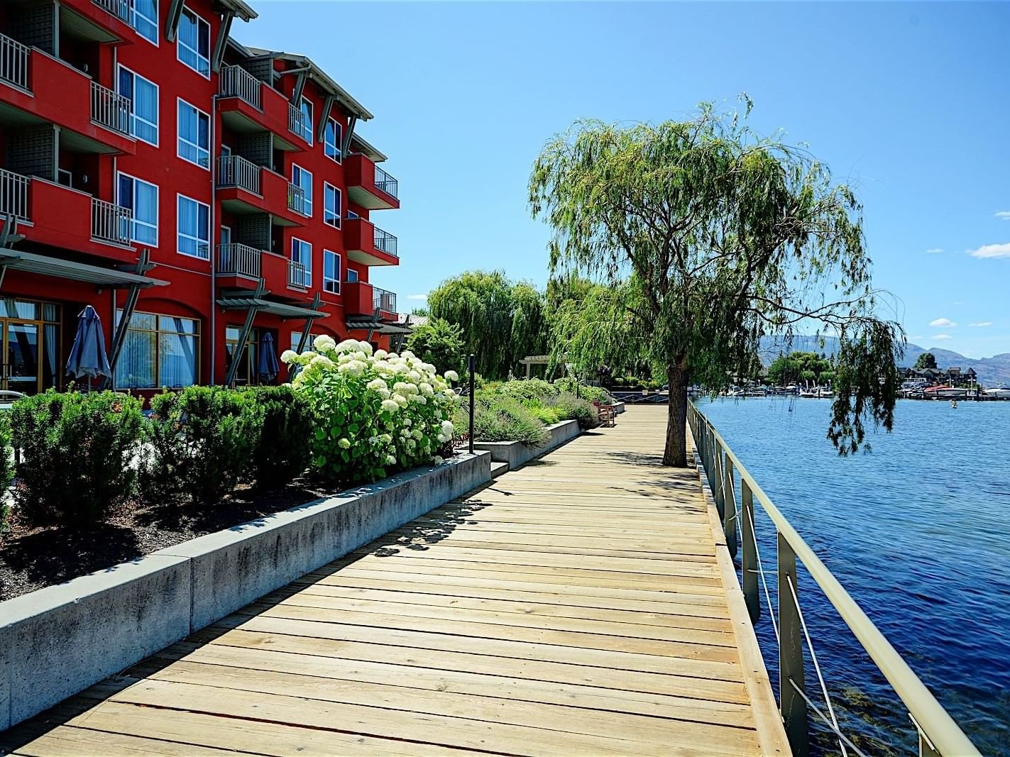 Boardwalk by the lake near Manteo Resort