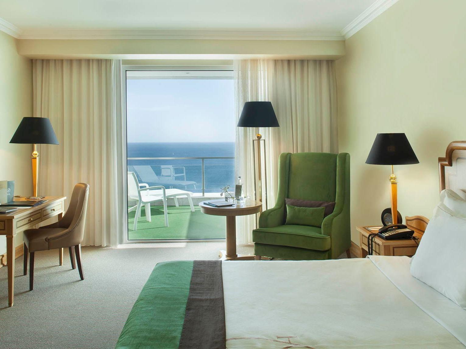 Una vista desde adentro de la habitación moderna en el Hotel Cascais Miragem Health and Spa