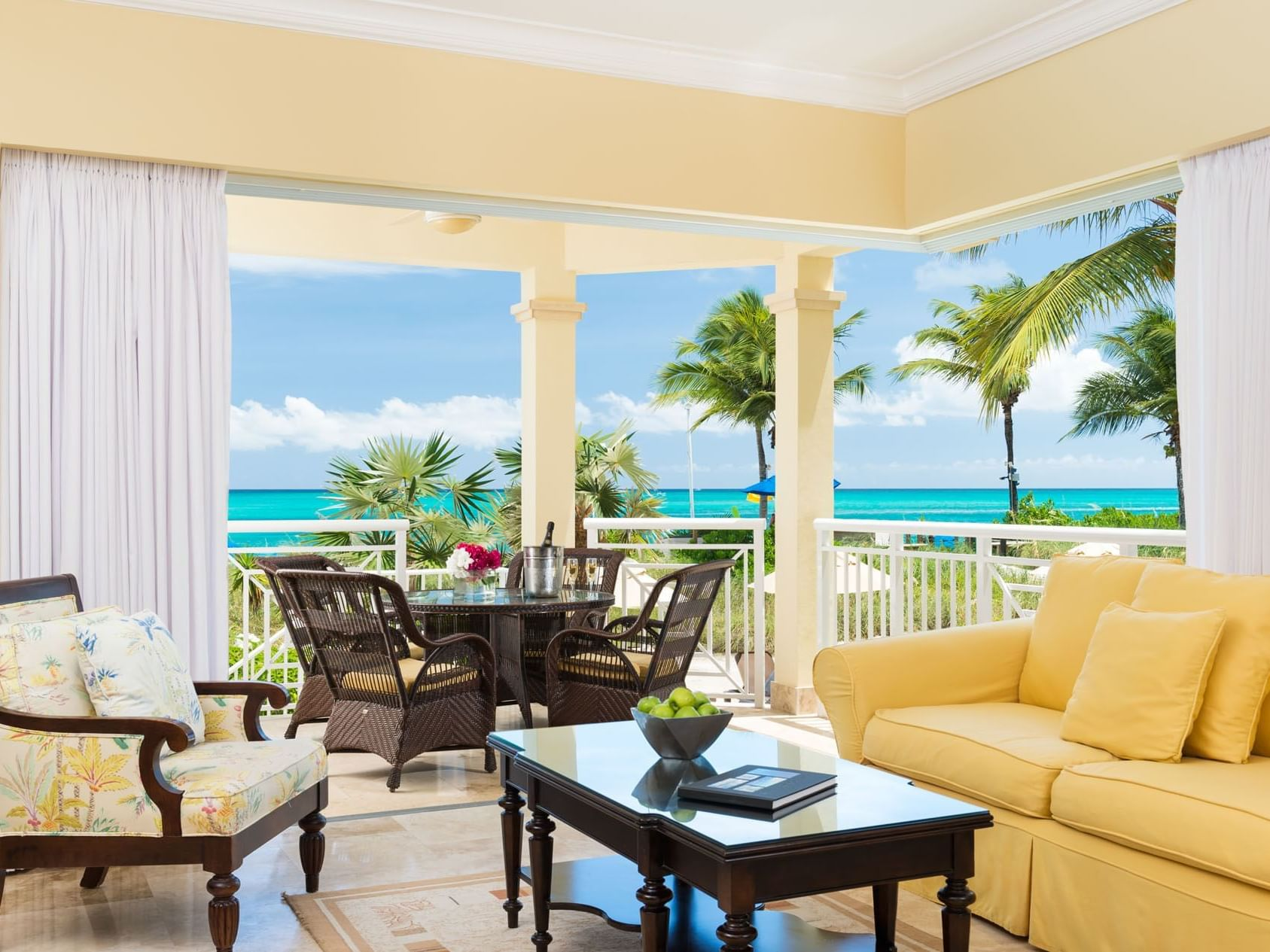 Living room of 1 Bedroom Oceanfront at Windsong Resort On The Reef