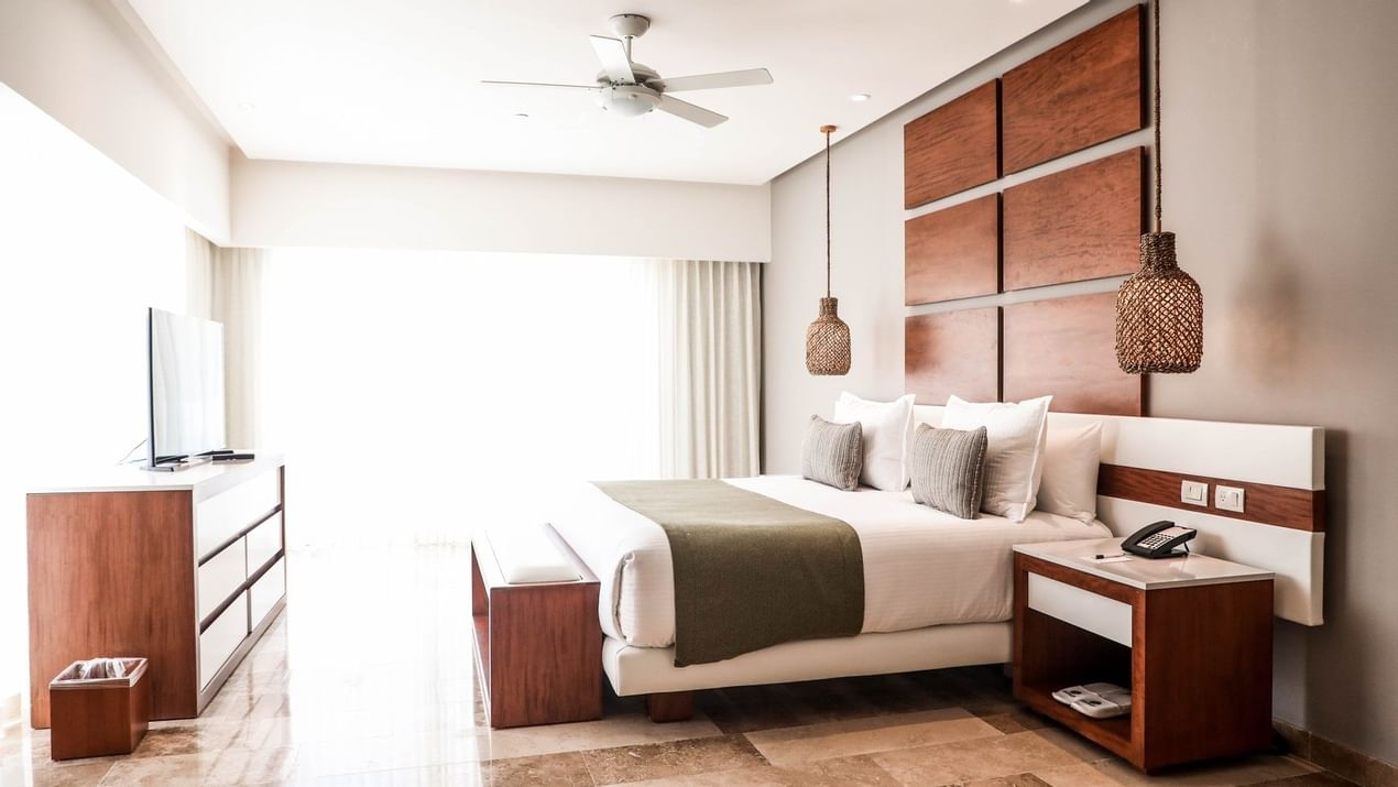 Deluxe Master Suite with queen size bed and TV at The Reef 28