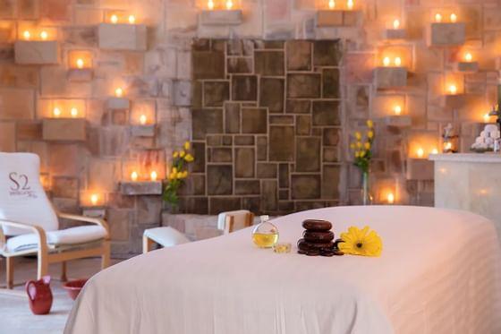 mesa de masajes rodeada de velas