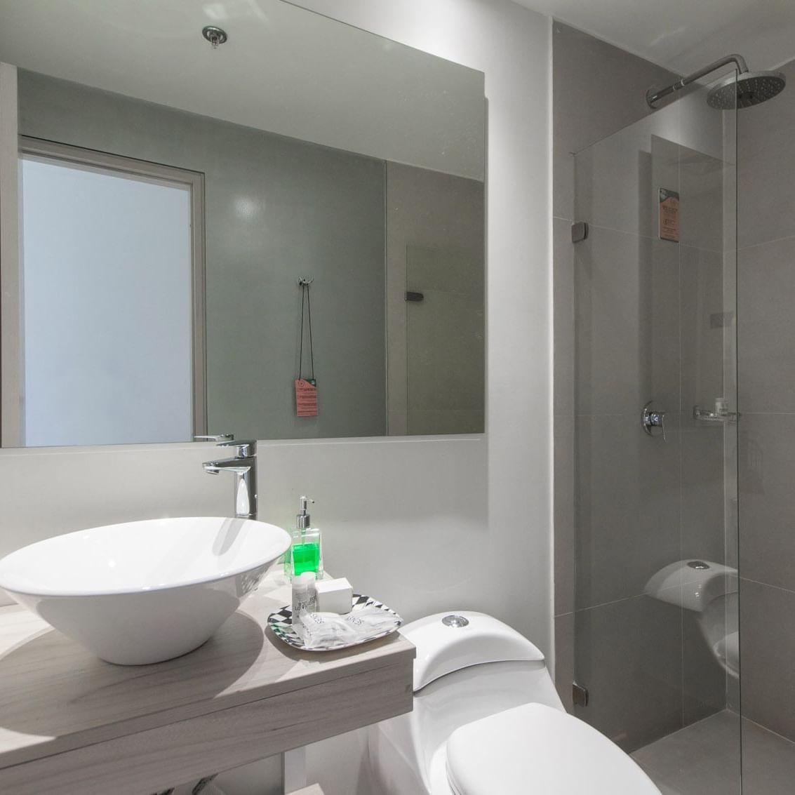 Baño Habitaciones Hotel POP ART Tocancipá