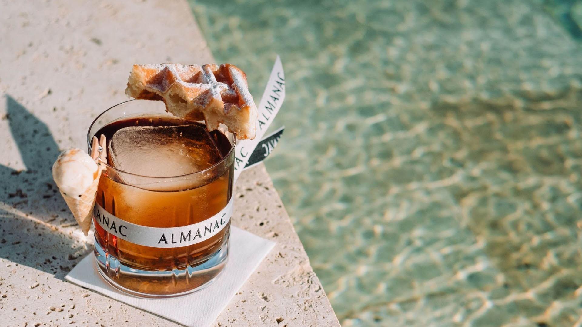 Cóctel con gofre del Bar Azimuth en la azotea en Almanac Group