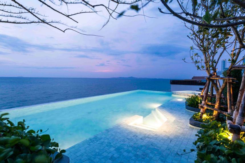 Swimming pool of U JOMTIEN with view of sea at U Hotels & Resort