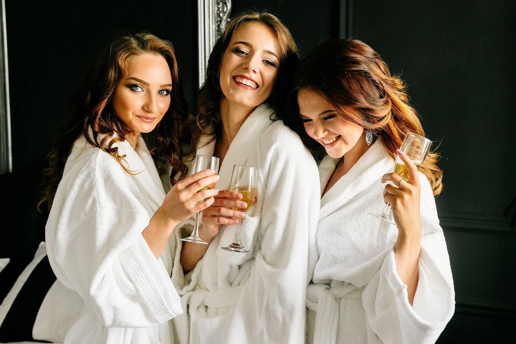 Chicas bebiendo champán en una fiesta en The Reef Resorts