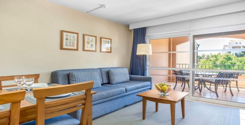 Salón del apartamento de una habitación de Los Amigos Beach Club