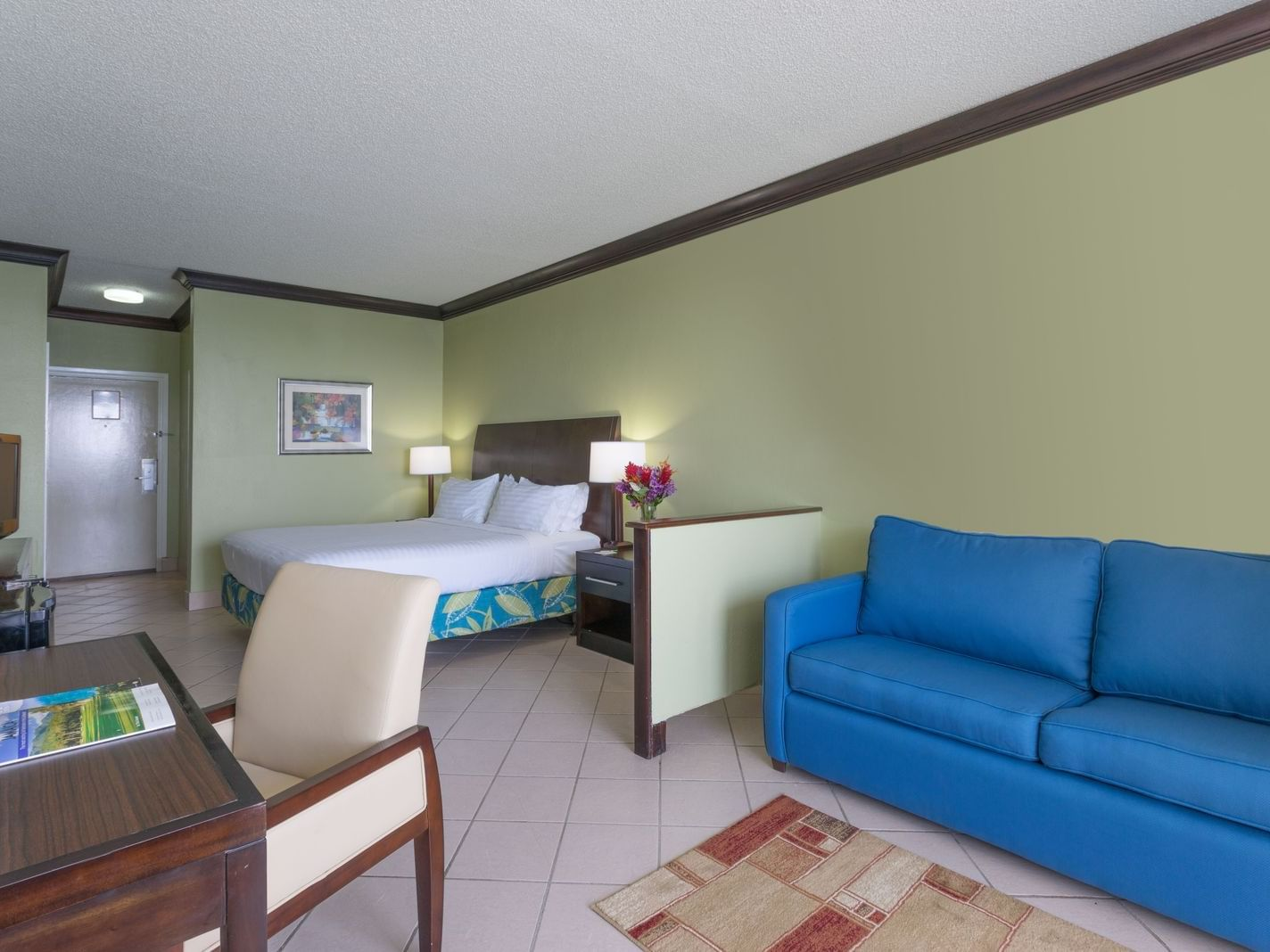Bed & furniture in Junior Suite at Holiday Inn Montego Bay