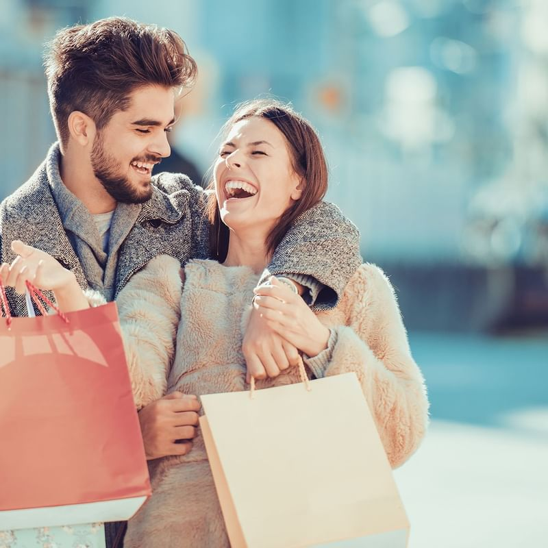 Couple faisant du shopping