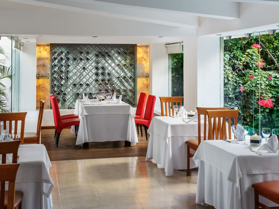 Dining tables in Terraza Grill at The Reef Playacar