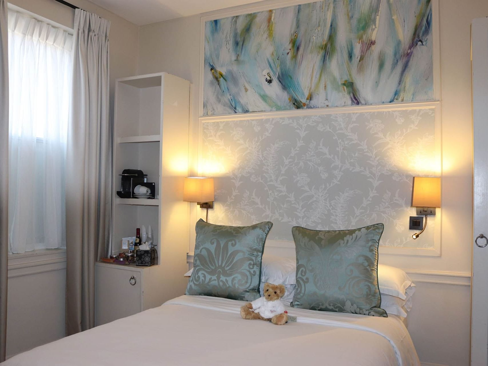 Small double room with a double bed at Sloane Square Hotel