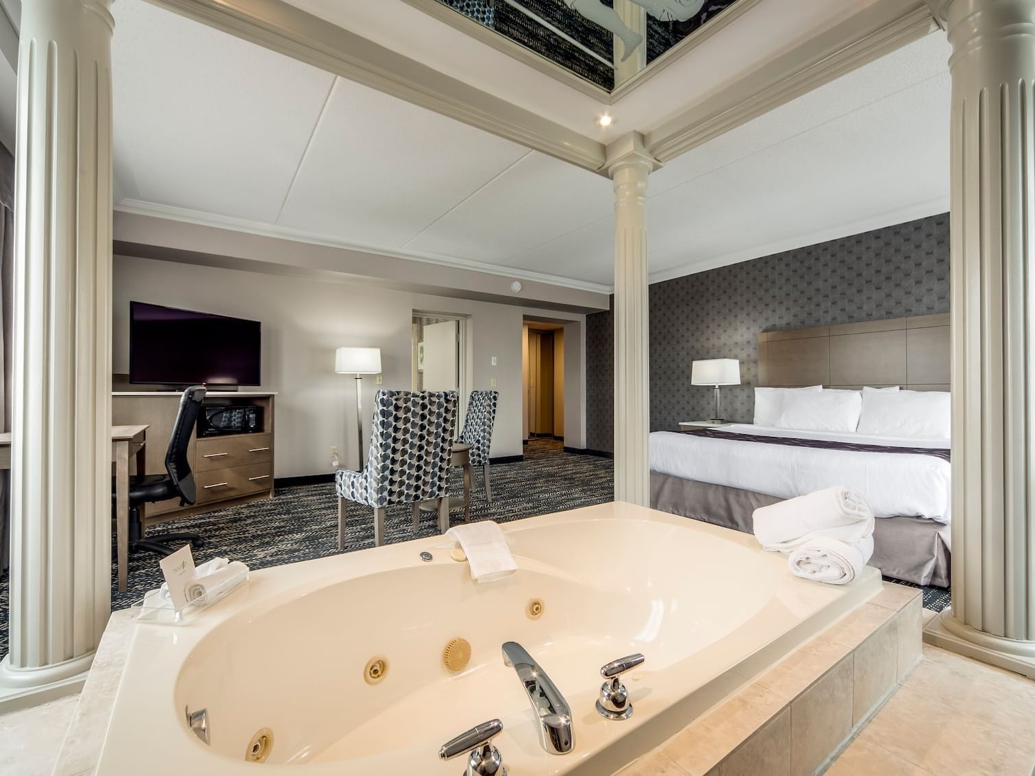 One Queen Bed with Jacuzzi - Monte Carlo Inns - Brand Site