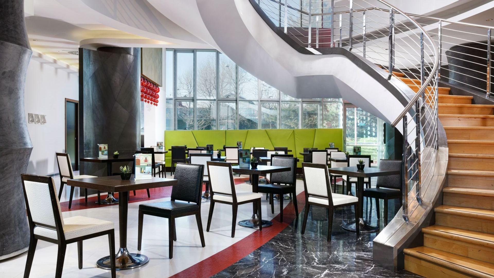 Taste traditional italian and international cuisine at the hotel restaurant.