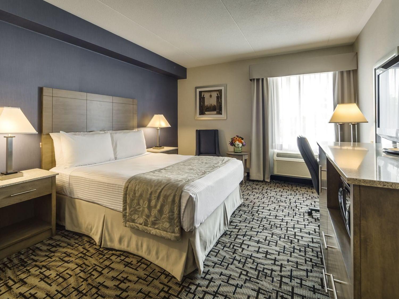 One Queen Bed - Monte Carlo Inns Oakville Suites