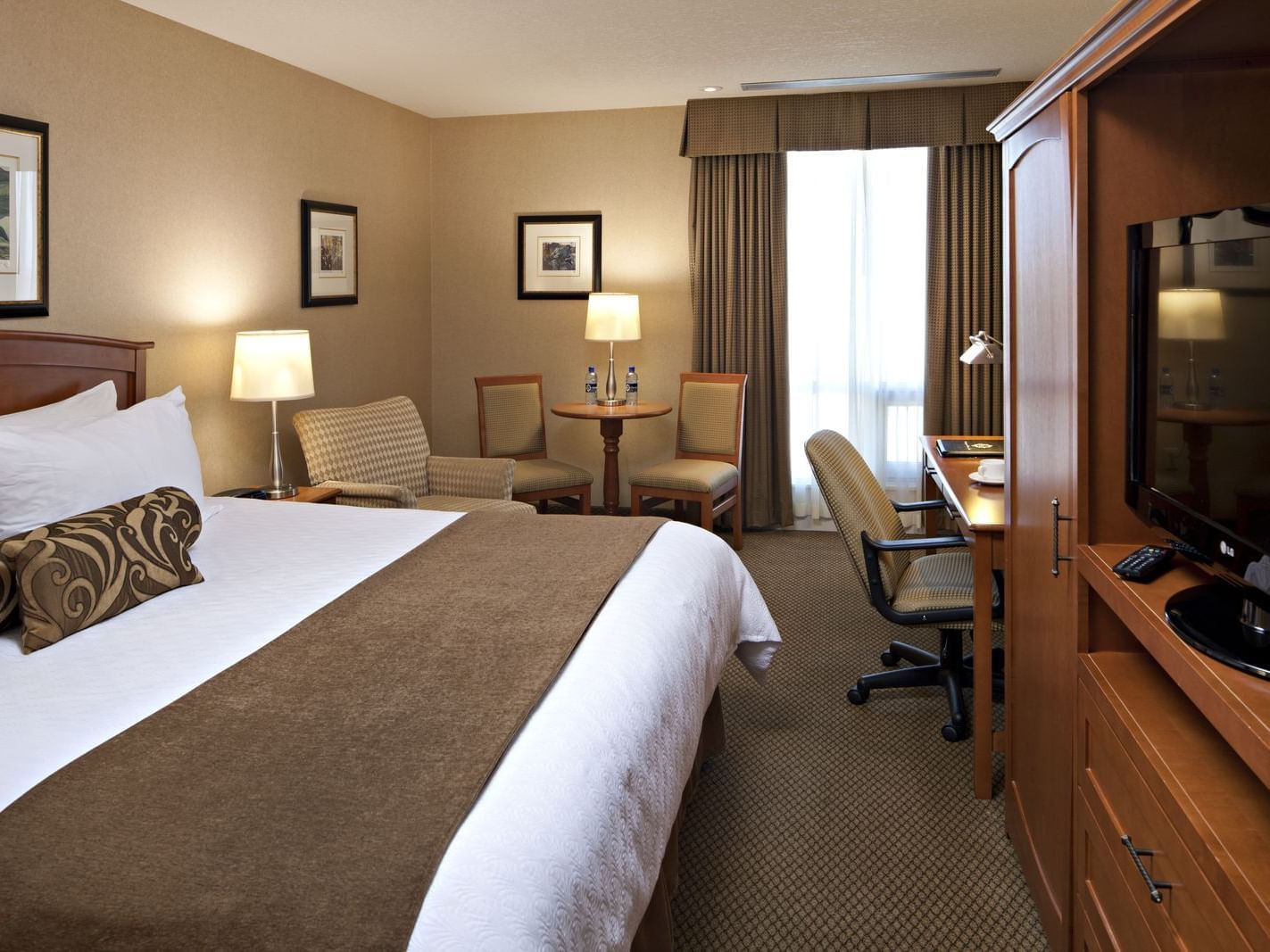Executive King Guestroom with one bed at Carriage House Hotel