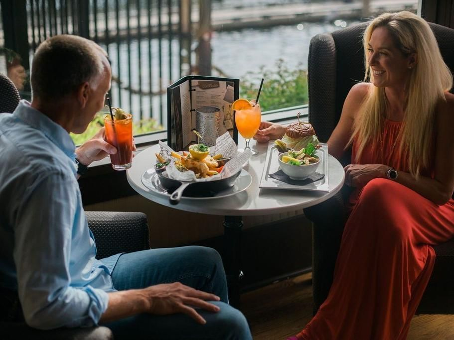 A couple dining at the Lounge in Manteo Resort