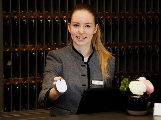 Rezeptionistin im Hotel München Palace