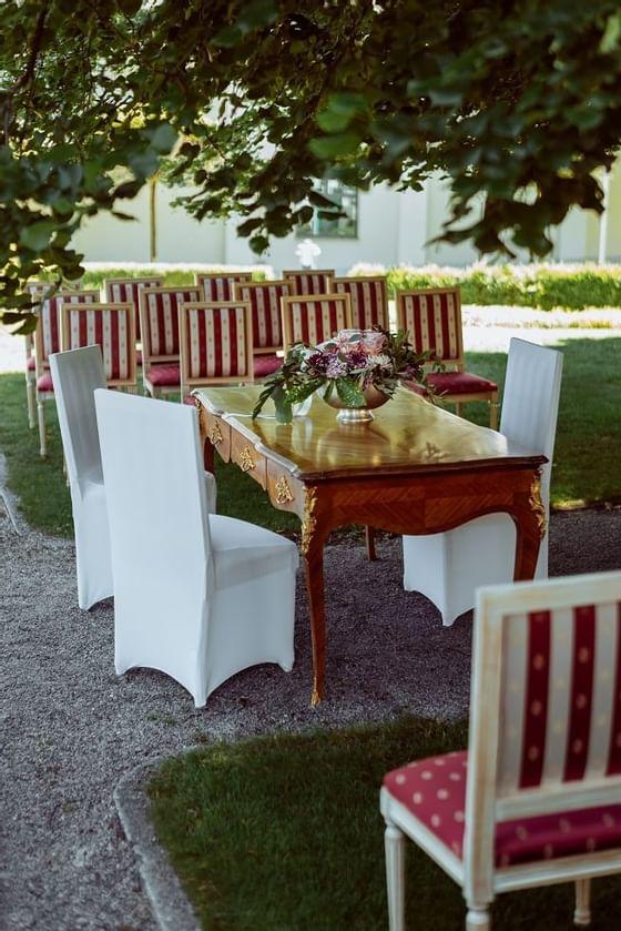 Wedding under the linden tree at Schloss Pichlarn