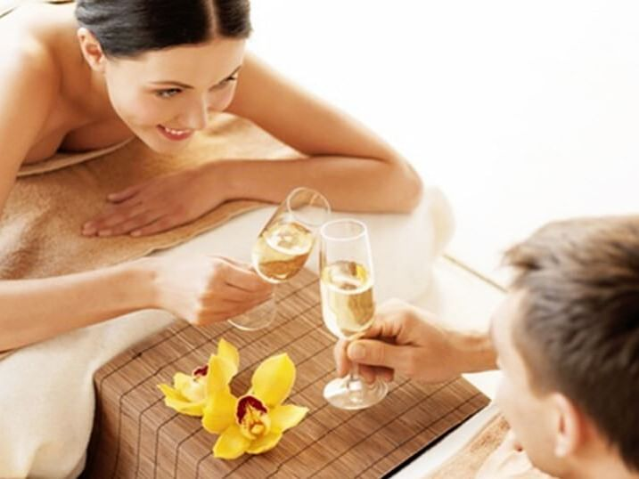 A couple having champagne in the spa at Ana Hotels Europa