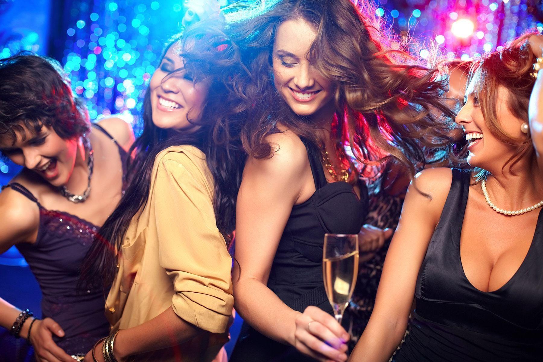 Chicas bailando en una despedida de soltera en The Reef Resorts