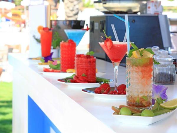 Напитки и коктейли на барной стойке в баре Coco