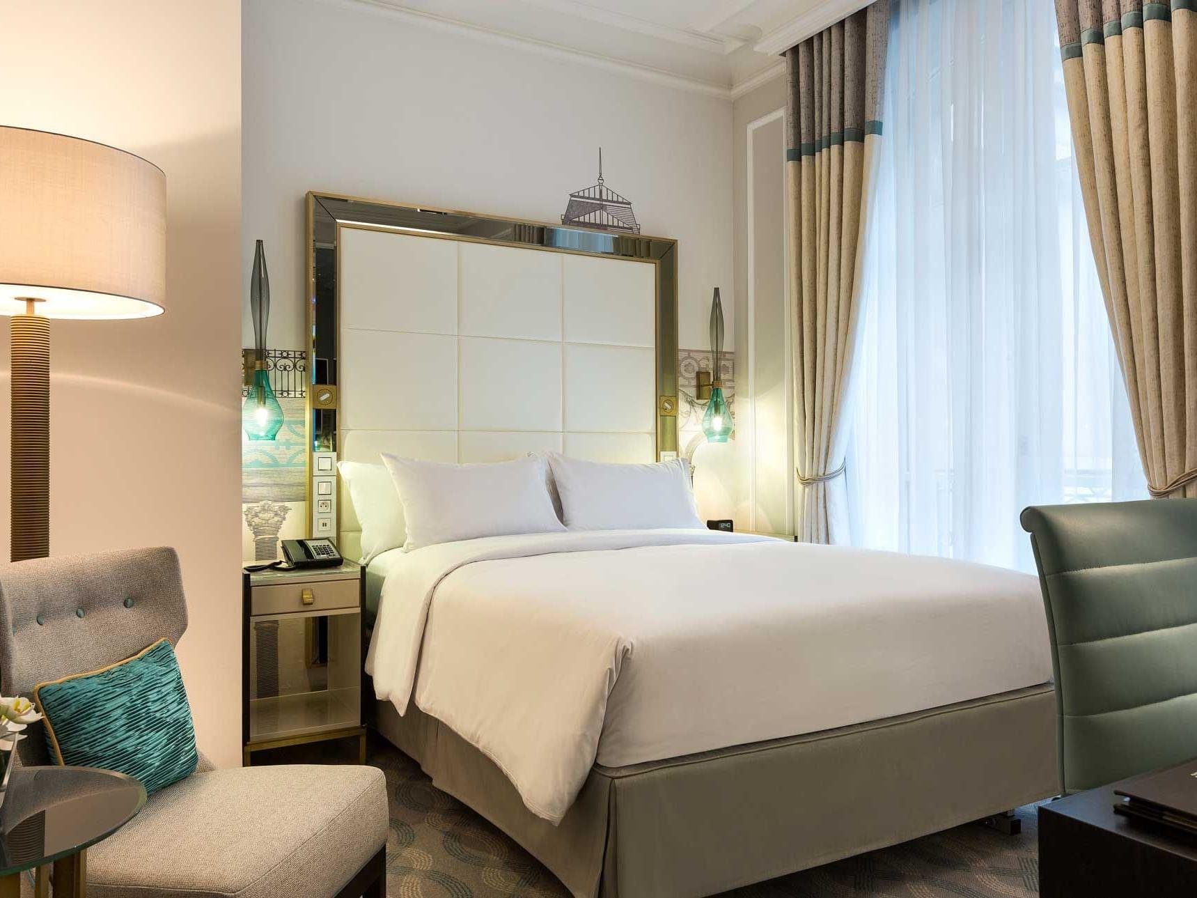 Queen Junior Suite bed & furniture at Hilton Paris Opera Hotel