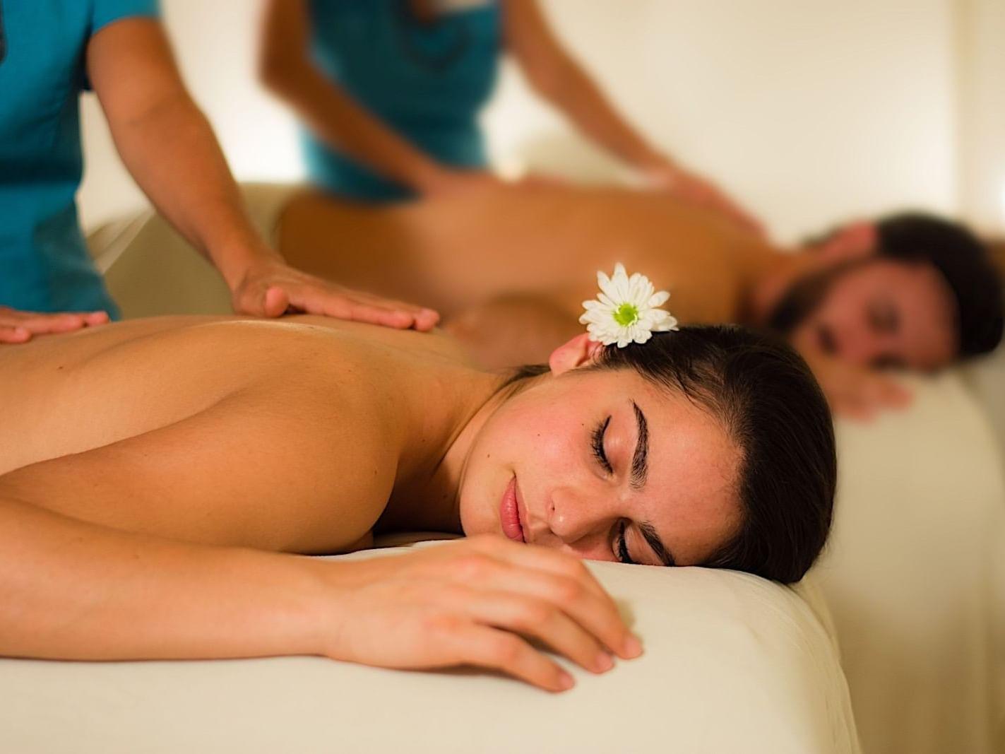 Pareja recibiendo un masaje