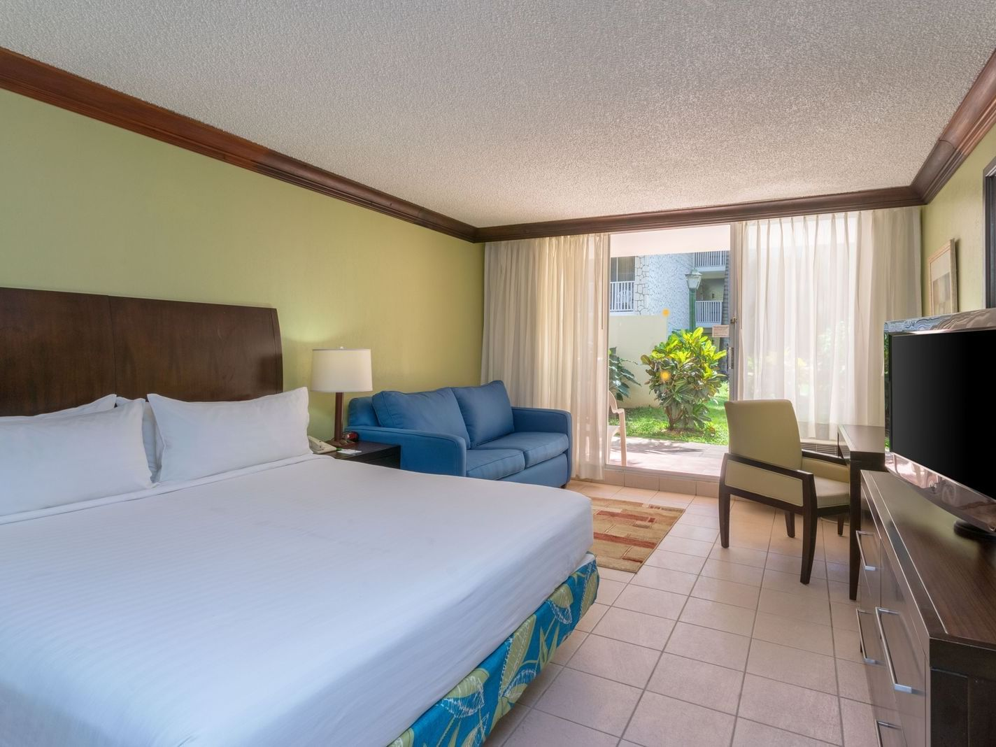 Bed & furniture of Deluxe room at Holiday Inn Montego Bay