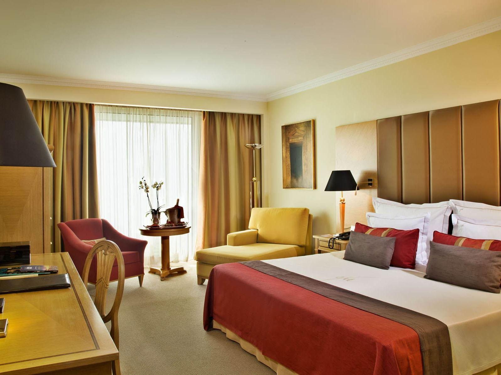 Neatly arranged Junior Suite at Hotel Cascais Miragem