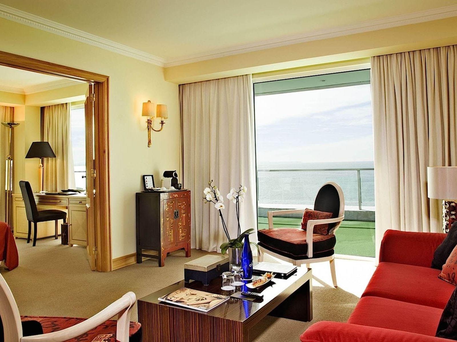 Salon équipé d'un canapé à l'Hôtel Cascais Miragem Health and Spa