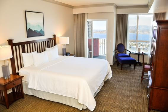 One bed in a room at Manteo Resort