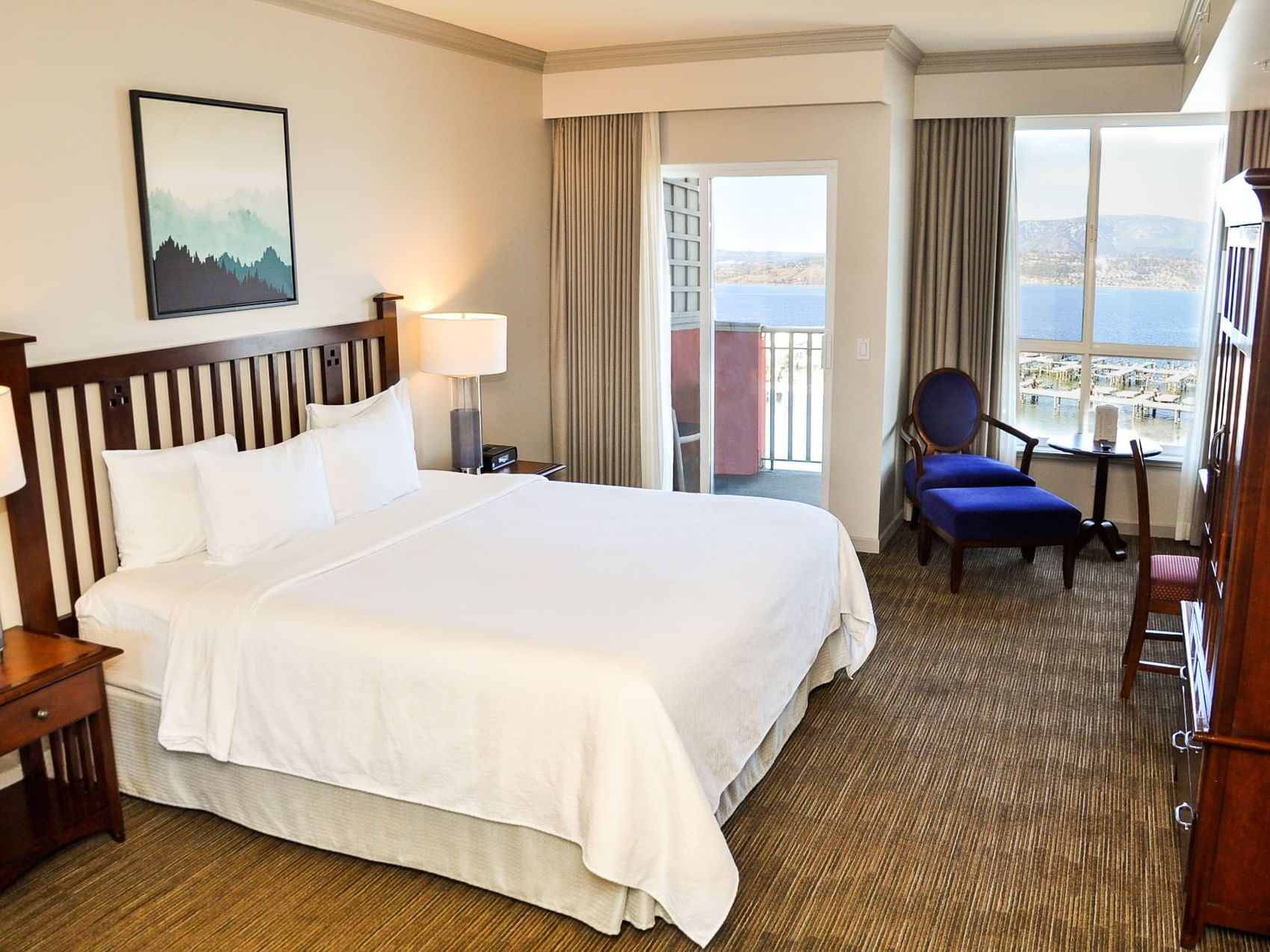 Deluxe Lakeside Guest Room with one bed at Manteo Resort